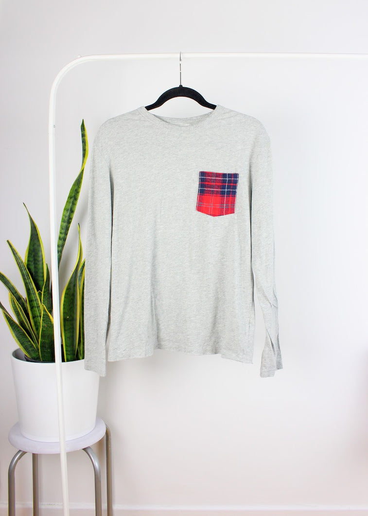 Chandail gris à poche « plaid »