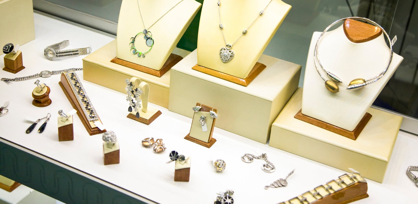 Top 12+ Shopify Jewelry Stores For Your Inspiration (+ Analysis)