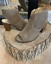 Load image into Gallery viewer, Aria wooden block heel