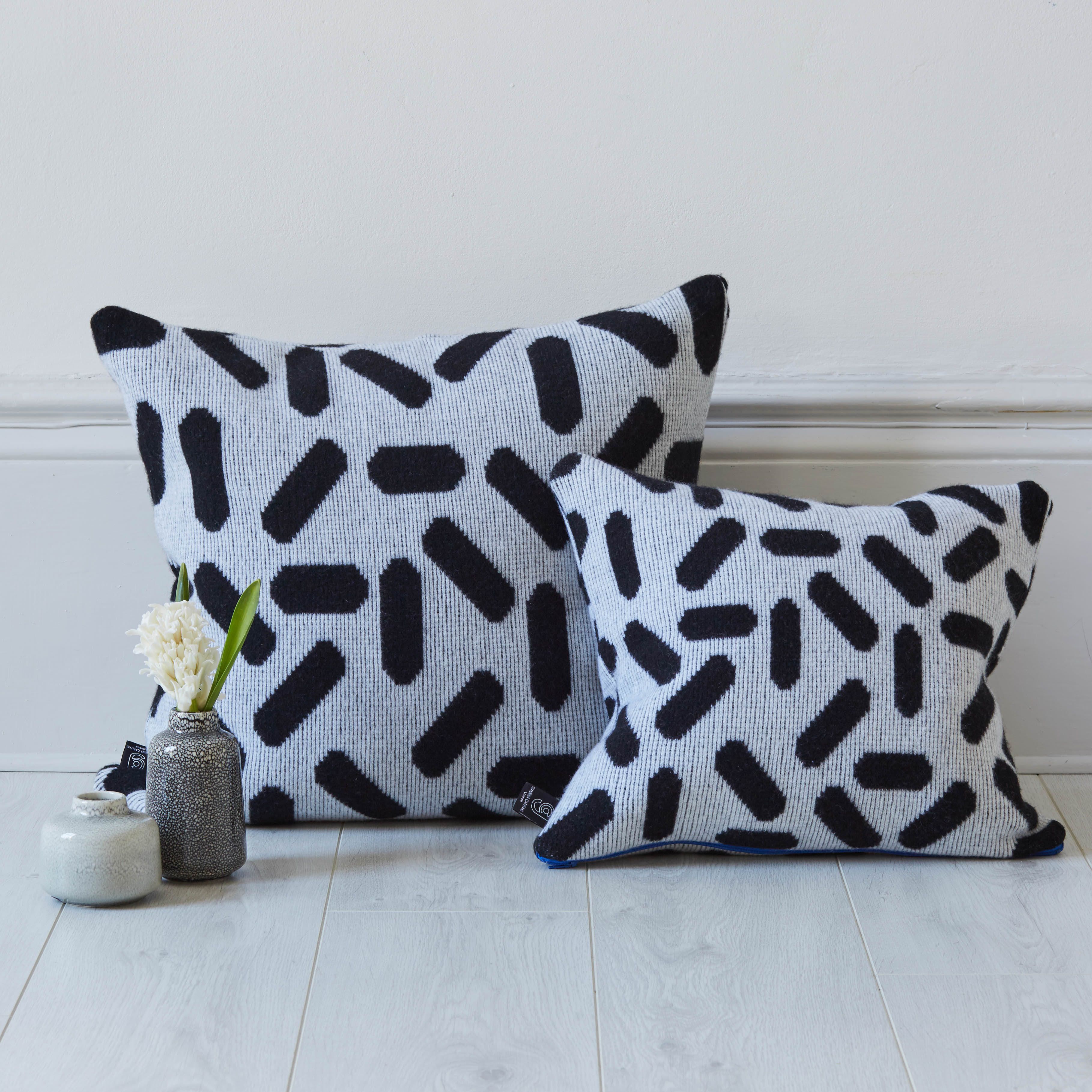 TIC-TAC CUSHION IN WHITE AND BLACK