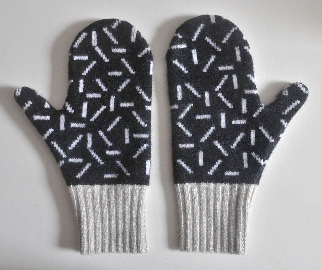 DASH MITTEN IN BLACK, WHITE AND GREY