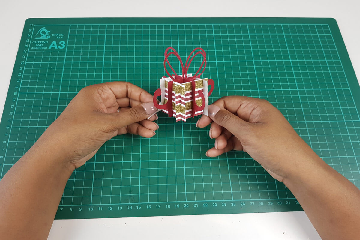 How To Make A Christmas Pop Up Card Tutorial - picture of finished pop up element for the christmas card