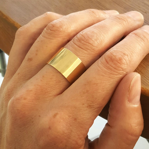 Wide gold band in 18 carat gold