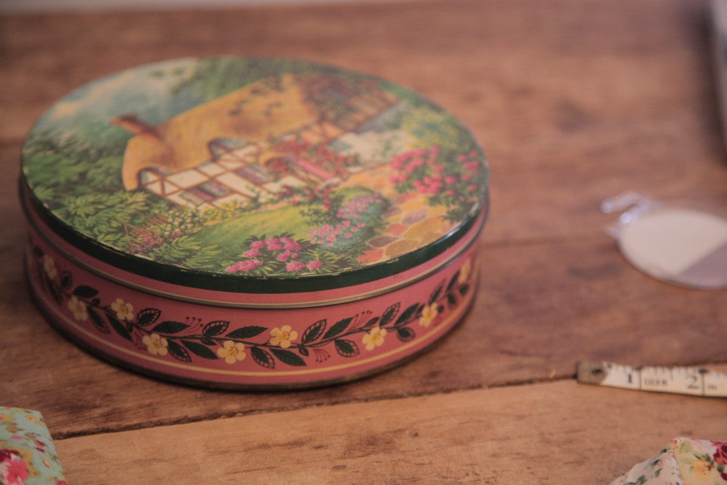 Vintage Peek and Frean Country Cottage Biscuit Tin