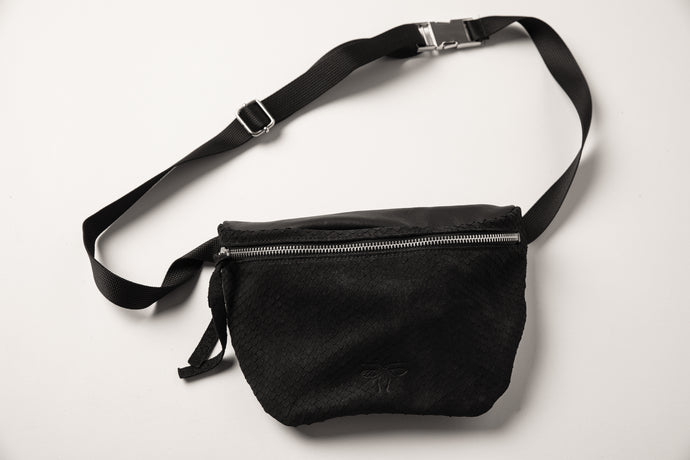 Lenny Pouch -black fish scale texture