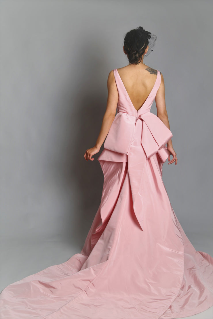 Sleevless back bow gown in silk