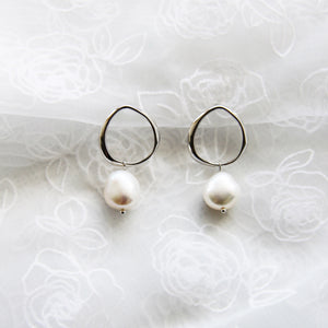 Earrings silver circle with pearl pendant