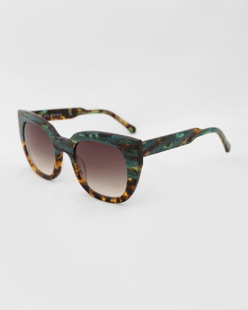 SUNGLASSES WITH LARGE FRAMES