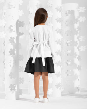 Blouse decorated with frill on the waistline