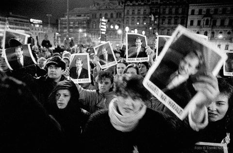 Prague, 12/19/89 - Citizens demand legislators to elect Vaclav Havel as president