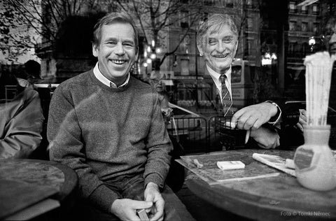 11/18/90 – Paris - Behind the window of a café with the minister Jiri Dienstbier