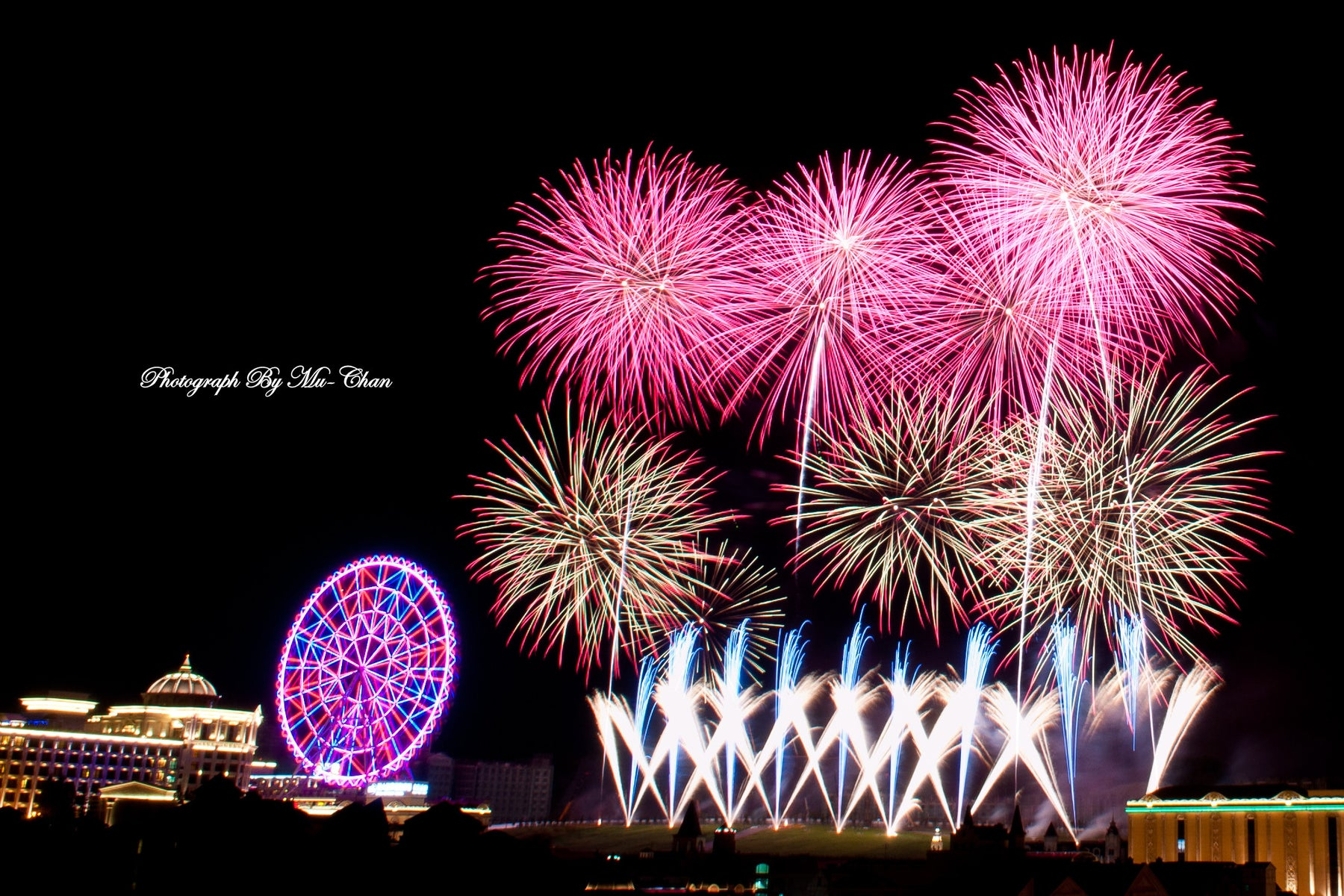 Fireworks lights up Da Nang sky