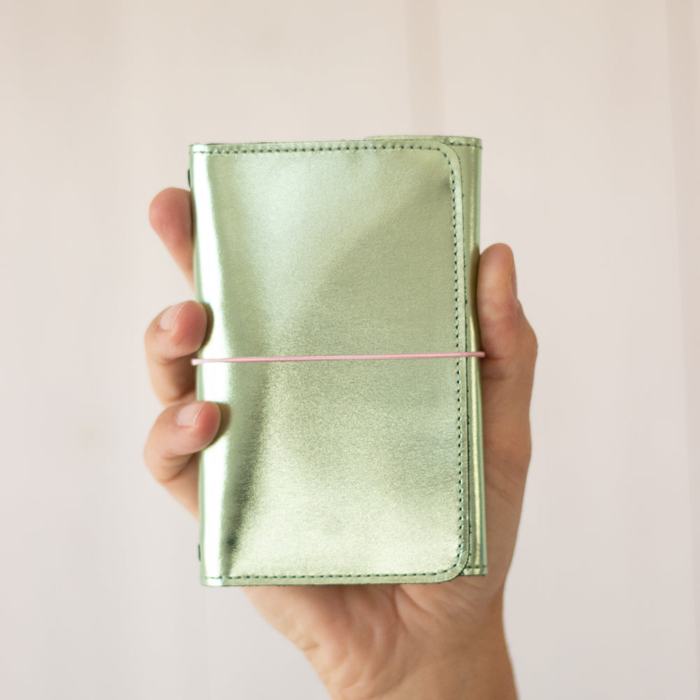 <transcy>Pastel green metallic leather pocket</transcy>