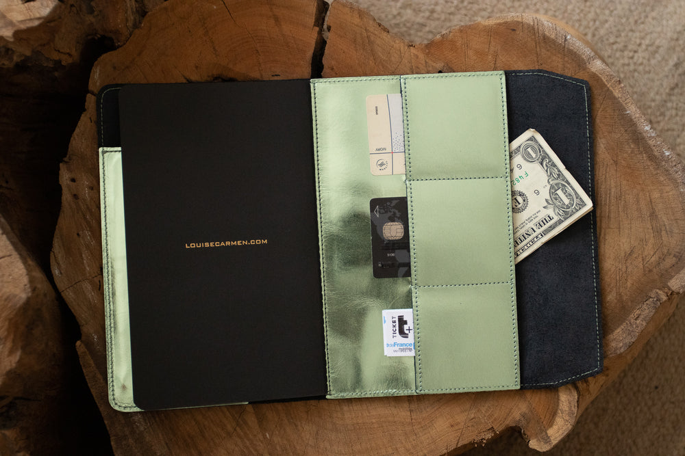 <transcy>Pastel green metallic leather organizer</transcy>