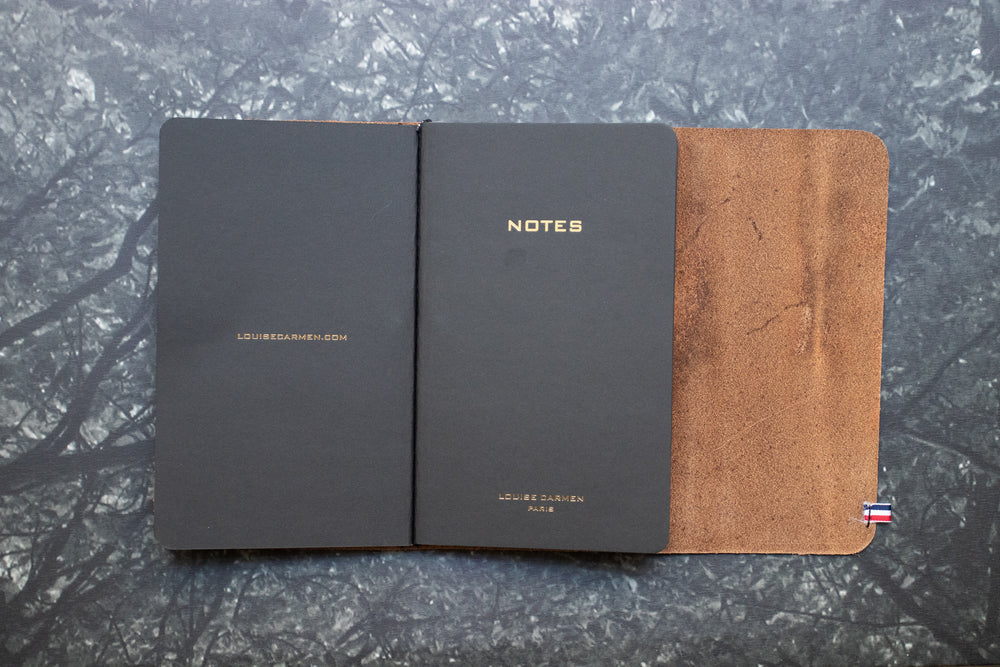 <transcy>Vegetable-tanned chestnut leather roadbook</transcy>