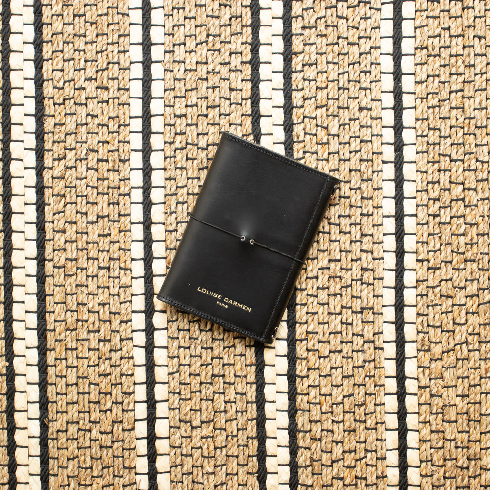 <transcy>Black vegetable tanned leather pocket</transcy>