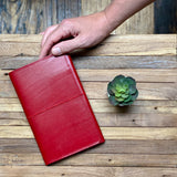 <transcy>Vegetable tanned red leather organizer</transcy>