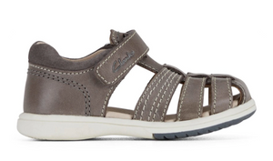 Karl II – Infant/toddler's self-fastening cage toe sandal. This classic sandal is crafted with a genuine leather upper and synthetic lining. The self-fastening strap allows for an adjustable fit and easy on and off wear, while the TPR sole unit is lightweight, provides grip and flexibility for those first steps.