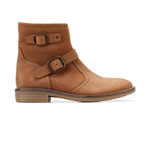 Clarks brown leather girls children's boot. Inside zip for easy foot entry. Soft leather upper with breathable mesh lining. Flexible, lightweight stack effect soles. Featuring double buckle embellishment detail.