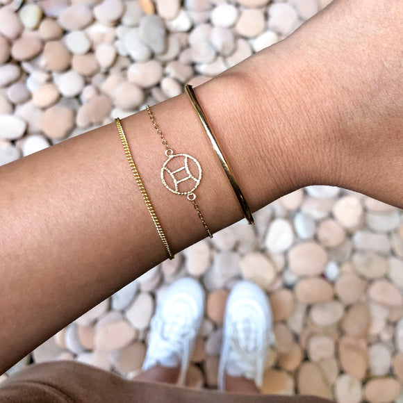 Classic Curved Bar Bracelet is a bold yet feminine bracelet made of 14K Gold filled.