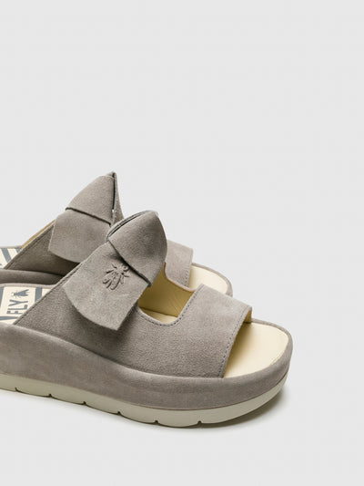 Fly London Sandalen mit Plateauabsatz in Grau