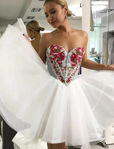 Sweetheart White Short Homecoming Dress with Appliques and Beading