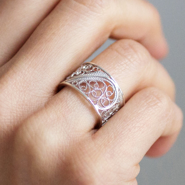 Filigree Links Single Ring. White