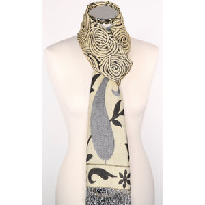 Reversible viscose scarf in black & beige with pattern