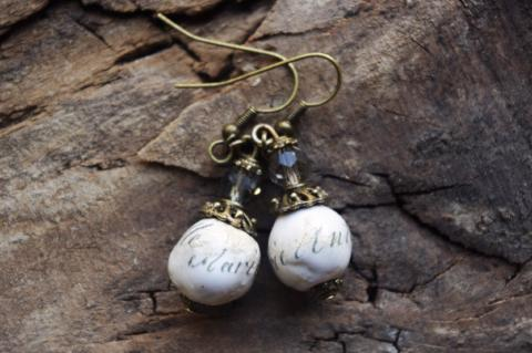 Marie-Antoinette - Boucles d'oreilles à perles pendantes / Handcrafted bead earrings ancient bronze finish