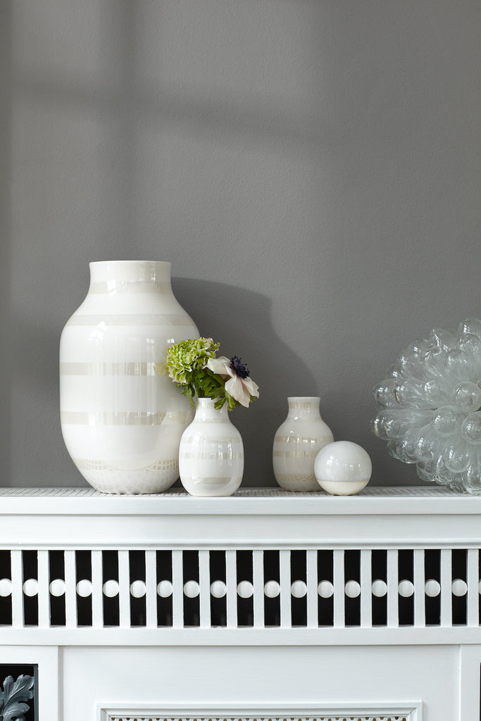 Omaggio Ceramic Vase in White and Pearl