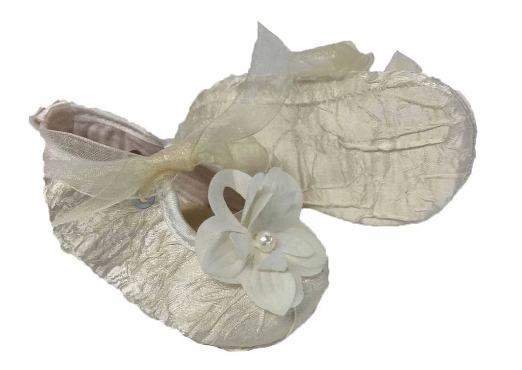 Baby shoe of creased satin with laces in organza and flower embellishment - Beige