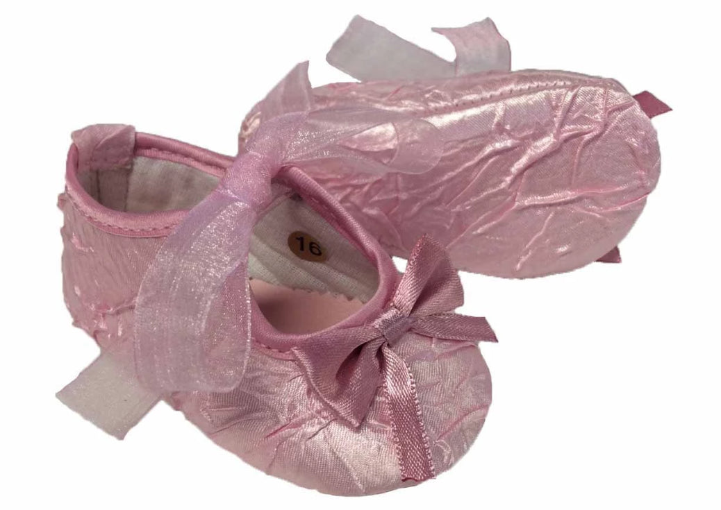 Baby shoe made of creased satin with laces made of organza - Pink