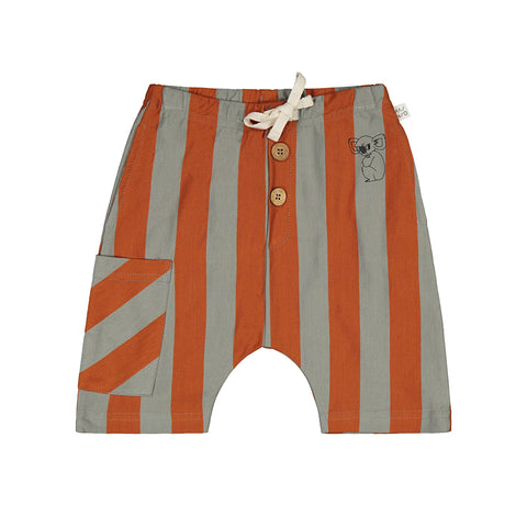 Mainio shorts in 100 % GOTS-certified organic cotton jersey with Stripe all-over-pattern, a small Grumpy Koala print at front, a button detail and a large patch pocket. Soft, elastic waist with drawstrings.