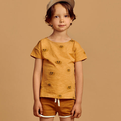Mainio t-shirt in 100 % GOTS-certified organic cotton jersey with Sunny all-over pattern, a dropped shoulder line and small side slits. Slub yarn gives the material a textured melange effect.