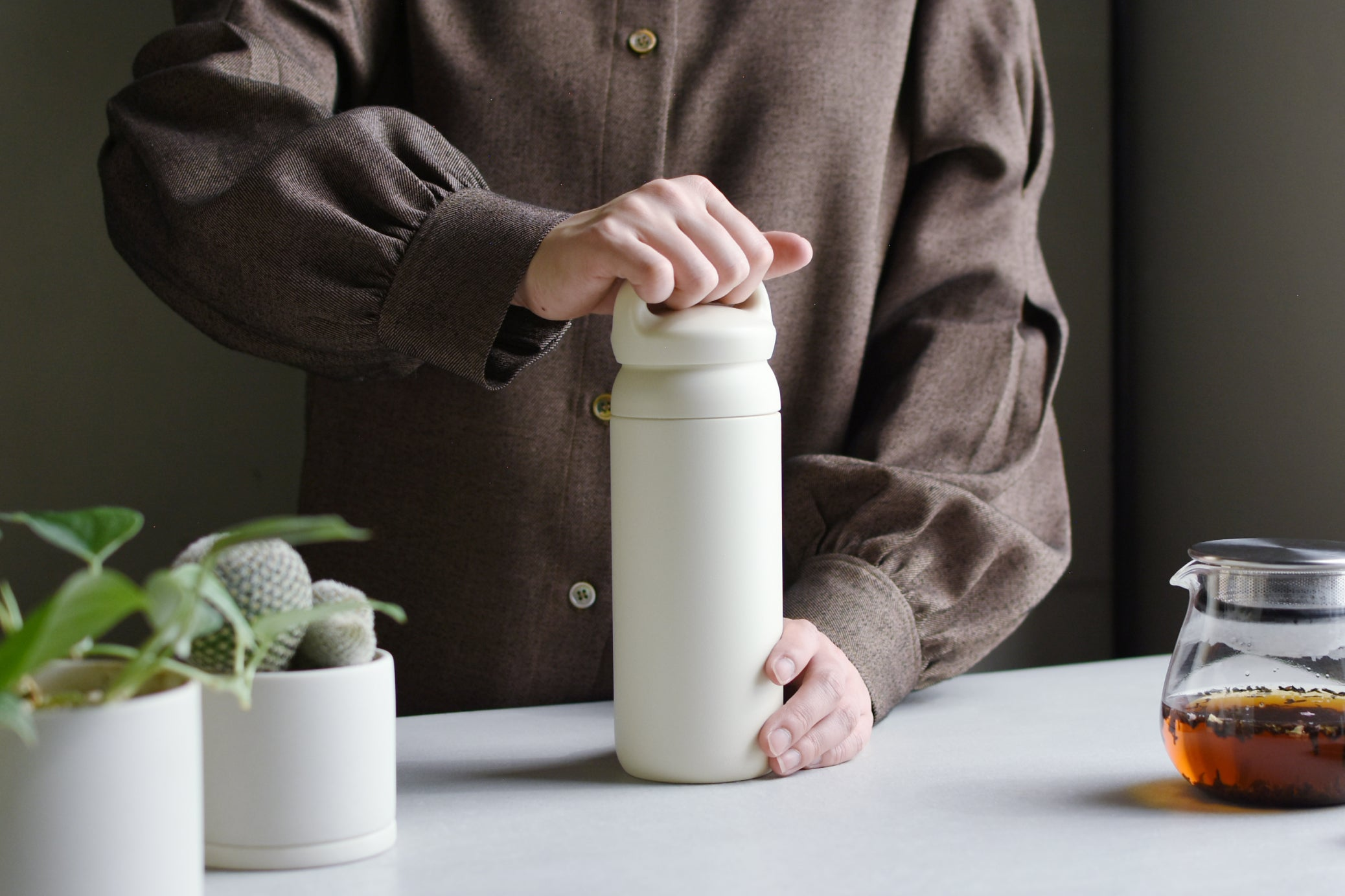 Person holding handle of the white DAY OFF tumbler