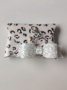Leaopard Pint Gloss Purse & White Glitter Keyring Bundle