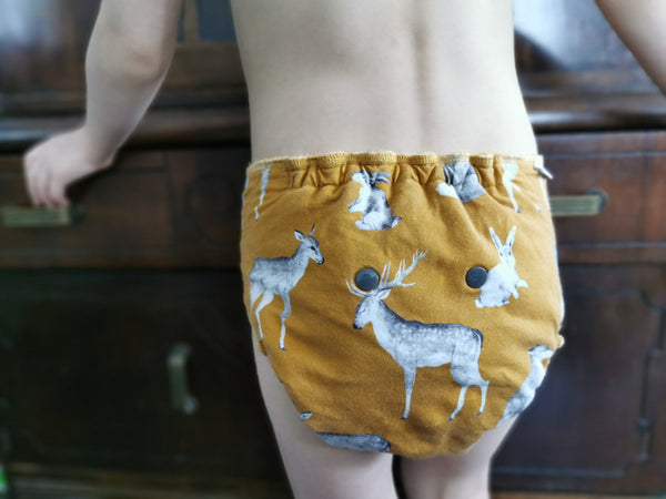 Fitted diapers are one of the most adaptable ways to cloth diaper! Les couches moulées sont une solution super adaptable!