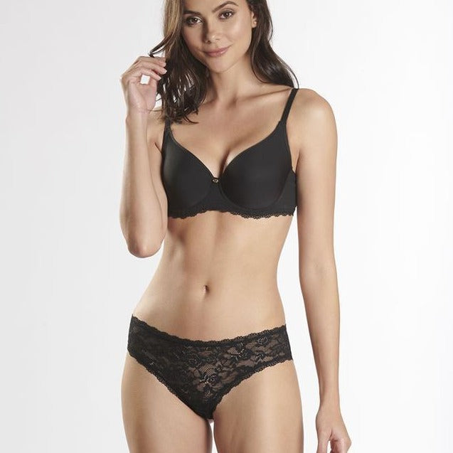 The T-Shirt bra gently shapes the bust with its full-fitting shape and half-moons inside the cups. As part of the Lysessence line, it is discreet under clothing and elegant in the bedroom with its gorgeous lace. Reinforced back from E cup