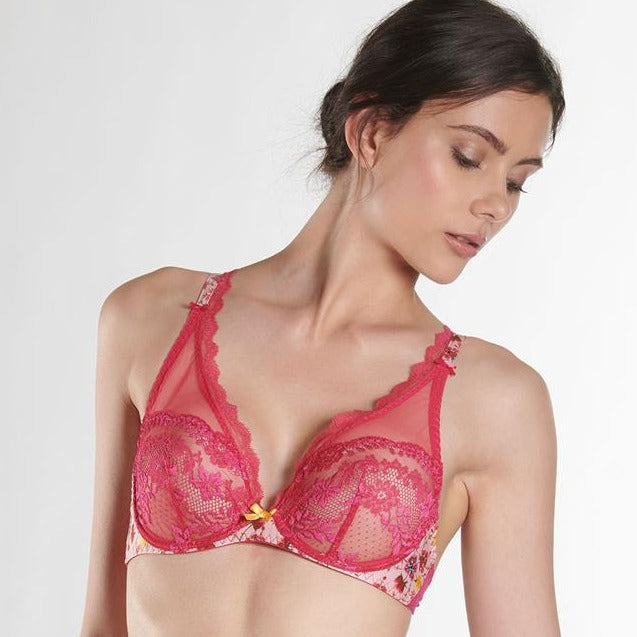 The Aubade Delicate Plunge Bra with vertical seaming creates a very seductive push-up cleavage. Using materials such as Calais lace and colorful prints make it very special.