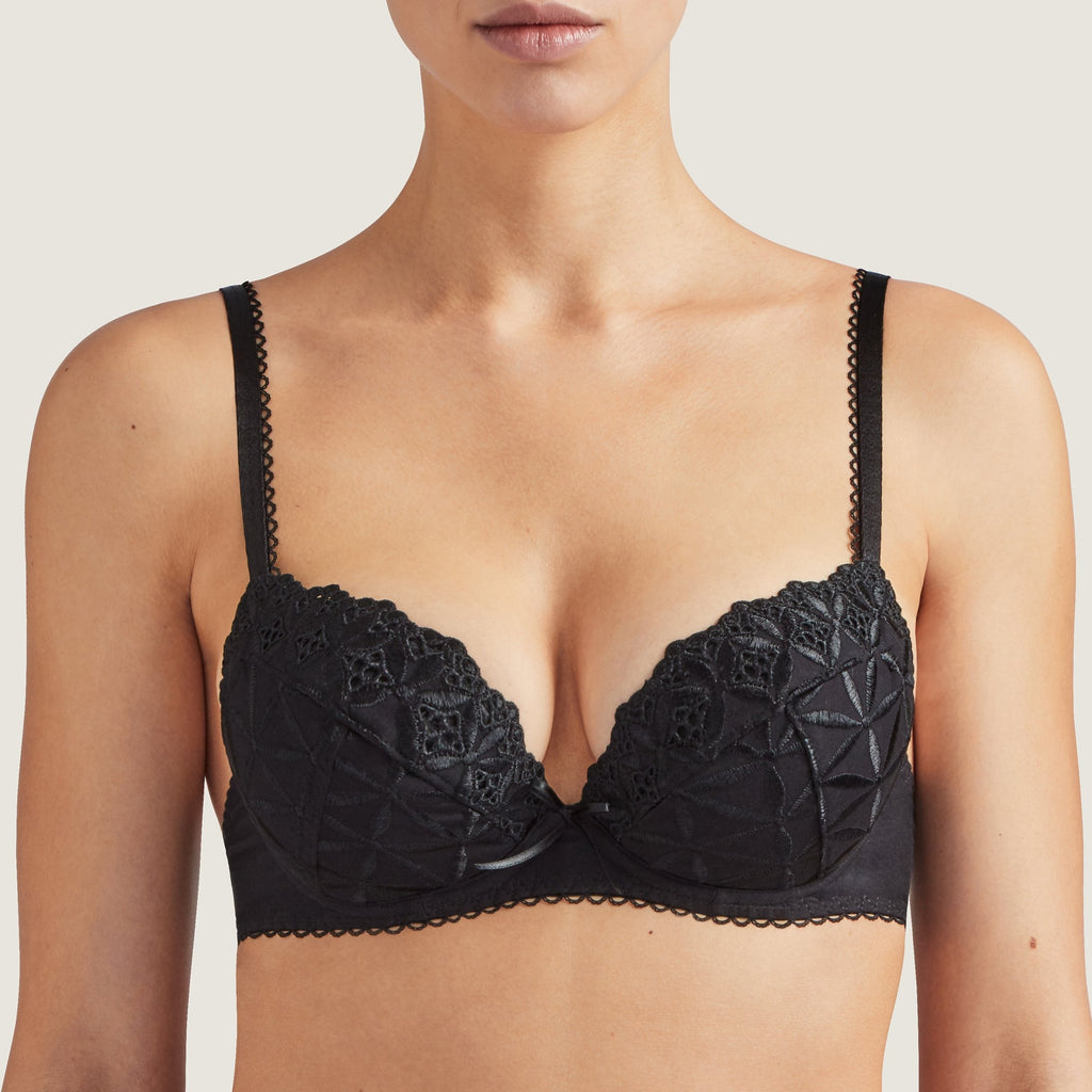 The iconic Aubade Bahia Push Up Bra combines modernity with comfort thanks to its cotton knit fabric and the broderie anglaise. The padding provides the perfect cleavage and is particularly useful when an enhancement is desired.