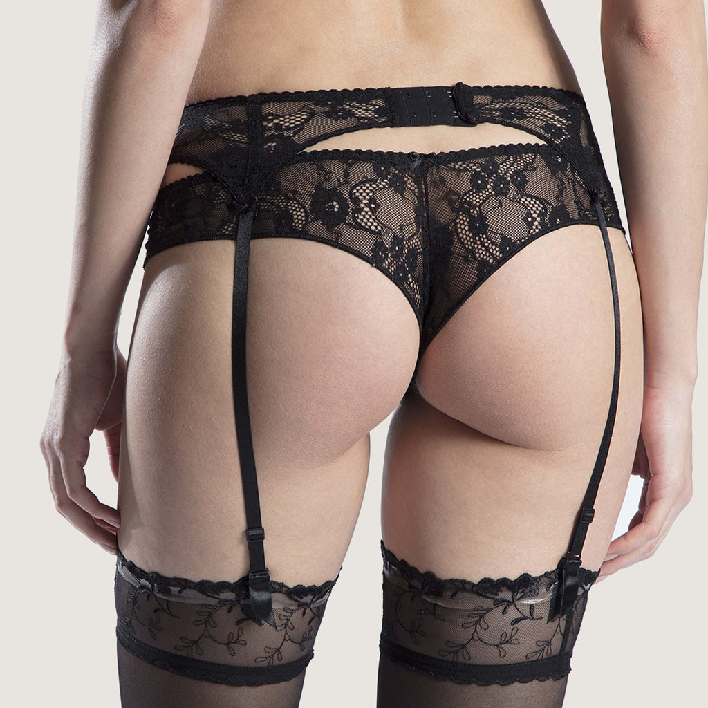 The Aubade Poesie Suspender Belt adorns the waist with a combination of refined lace: floral lace fabric at the front gives way to shiny two-tone embroidery with a cascade of delicate petals.