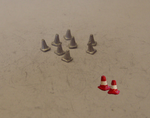 C31 (1) Medium road cones (8 @ 5mm) - N GAUGE -