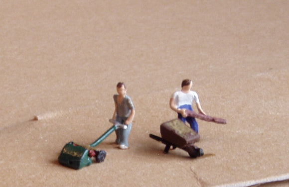 X54 Lawnmower, wheelbarrow and two gardeners - N GAUGE -