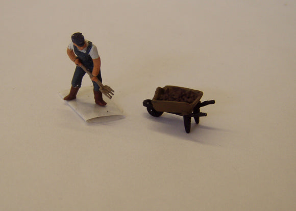 Z30 Farmer with pitchfork & barrow - OO GAUGE -