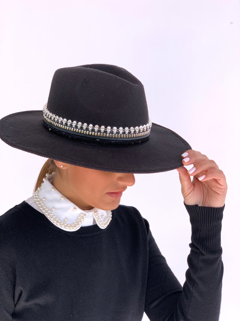 DETACHABLE COLLAR WITH PEARLS DETAIL