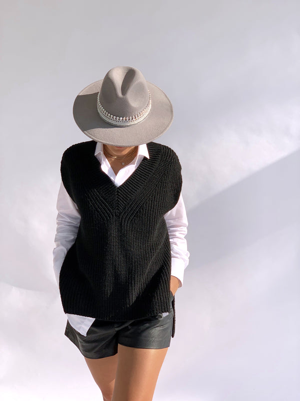 KNITTED VEST WITH V NECK IN BLACK