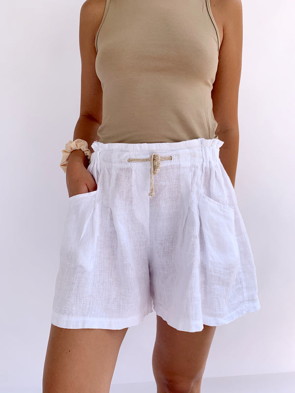 OVERSIZED LINEN SHORTS IN WHITE