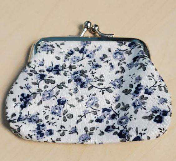 G119 White Pale Blue Floral Clasp Coin Purse