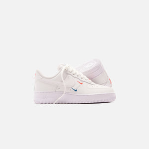 Nike WMNS Air Force 1 '07 Essential - Summit White / Solar Red / Green Abyss