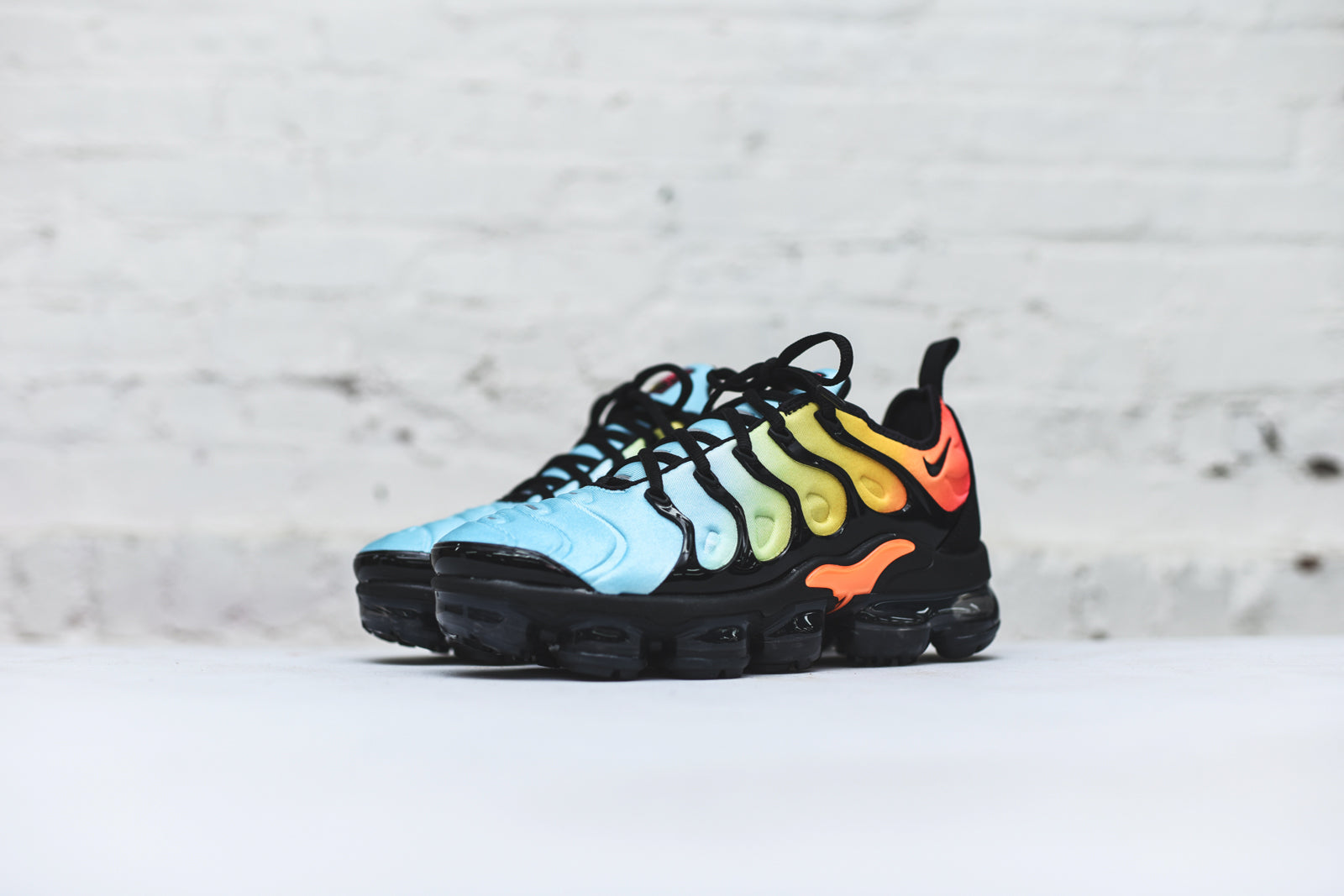 Nike WMNS Air Vapormax Plus - Black / Teal / Red
